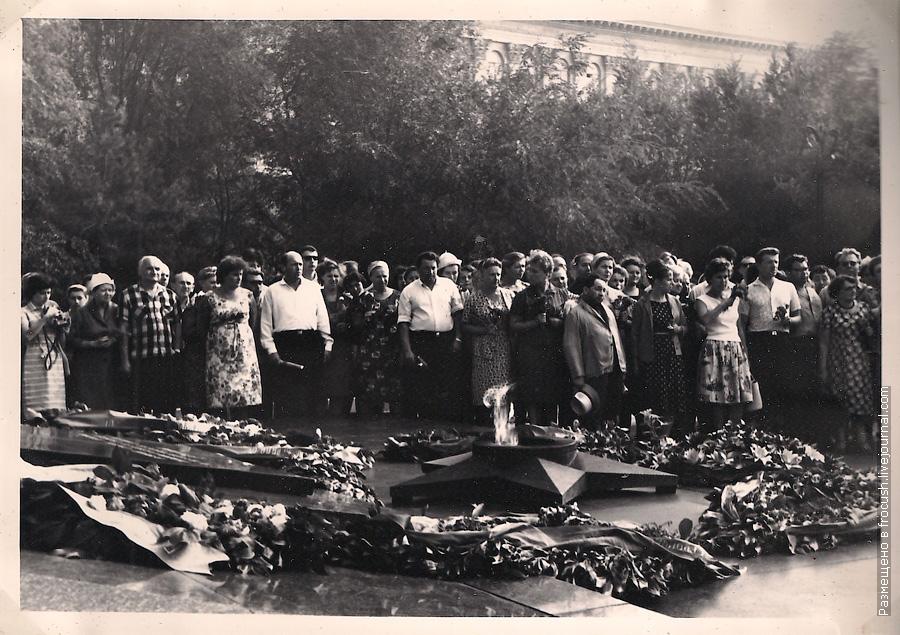 фотография 1965 года возложение венка на могилу воинов, погибших в боях за Сталинград