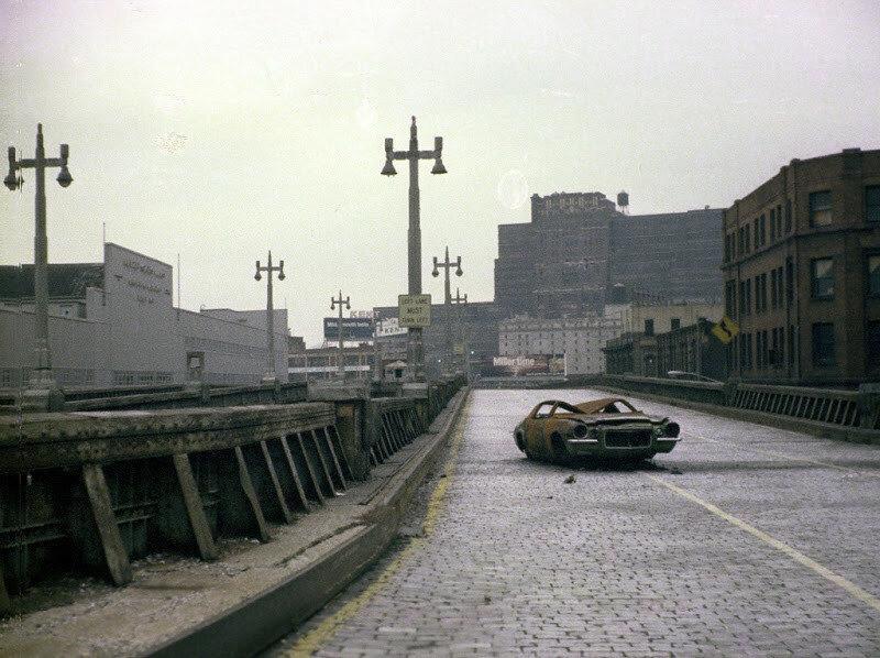 1975 Заброшенный Вест-Сайд хайвей с остовом сгоревшего Камаро.jpg