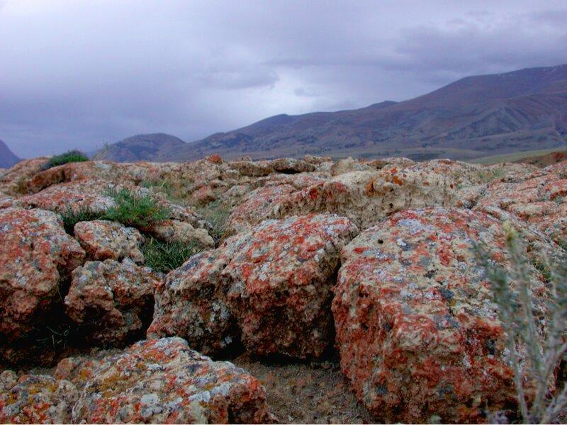 Разноцветные камни гор