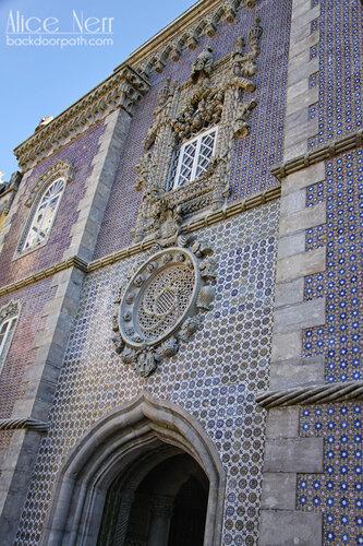 на это окно авторов вдохновил замок тамплиеров в Томаре, pena palace, sintra