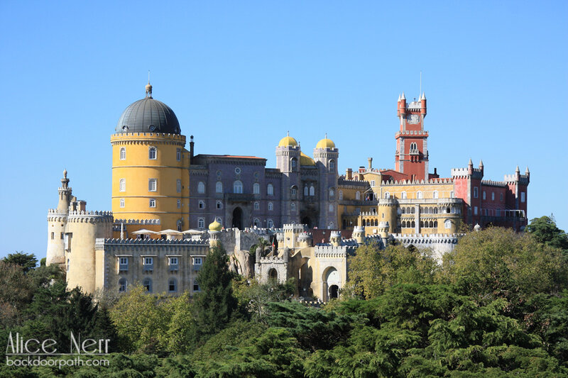 вид на дворец Пена со статуи Фердинанда, pena palace, sintra