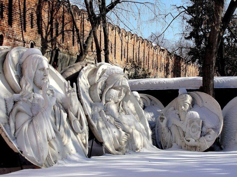 Уцелевшие горельефы  со старого Храма Христа Спасителя у стен Донского монастыря.