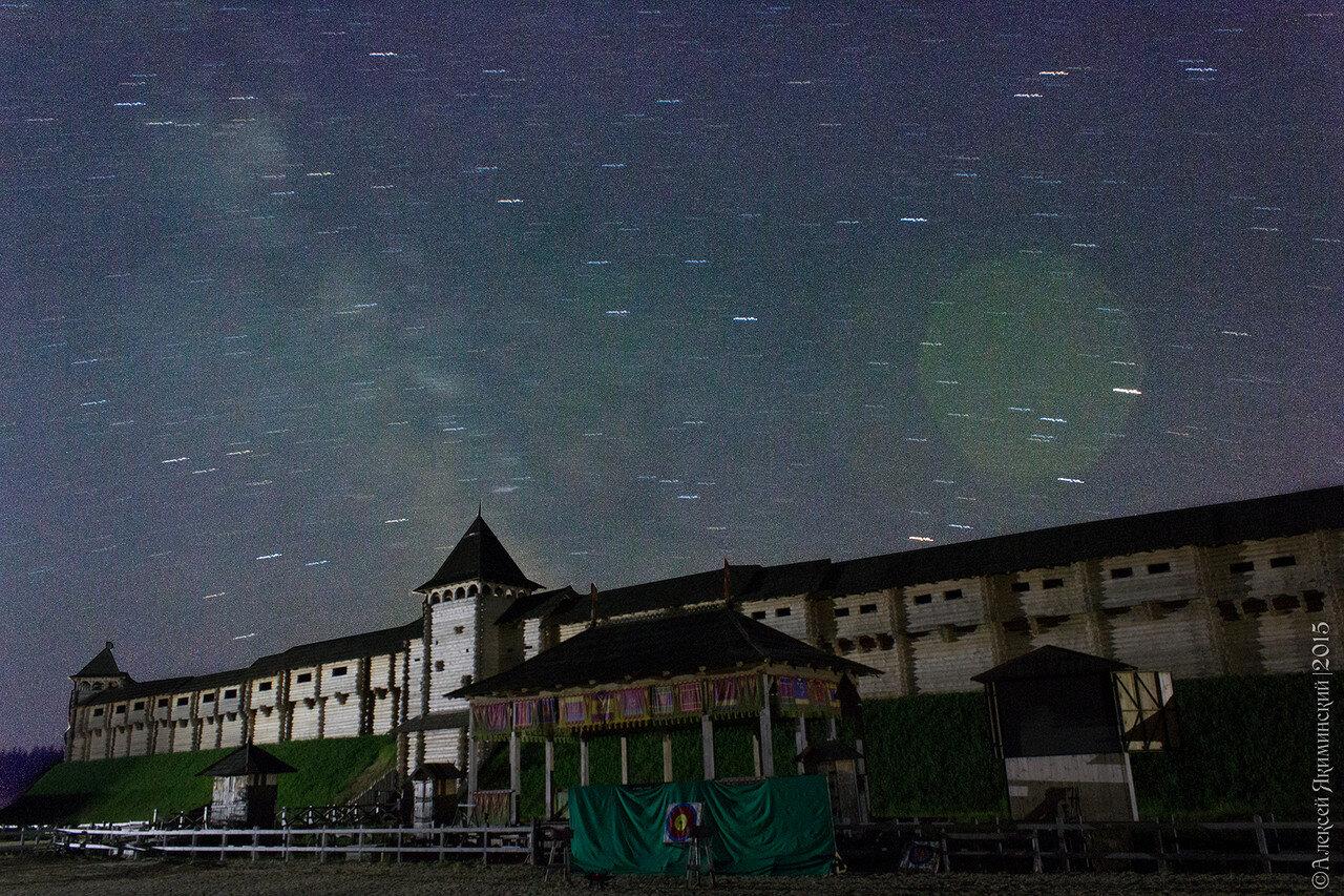 Ночное небо в Парке Киевская Русь и виден трекинг - путь звезд по небосклону