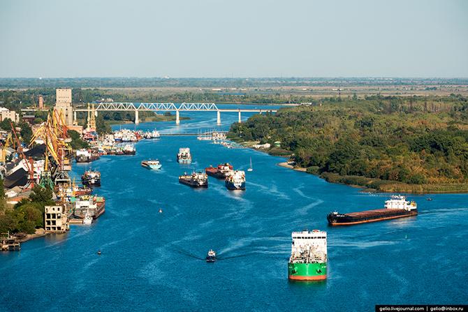 Корабли в ожидании развода моста. Через Ростов-на-Дону проходит судоходный путь по рекам из центра Р