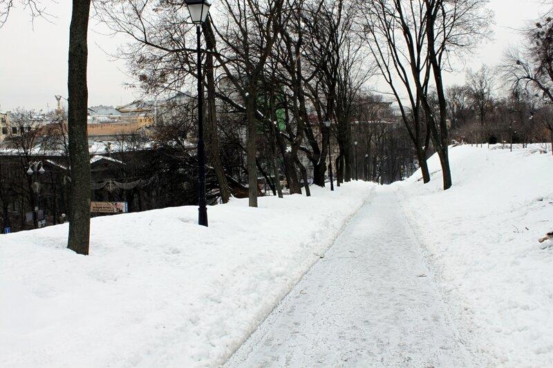 Заснеженная дорога Мариинского парка