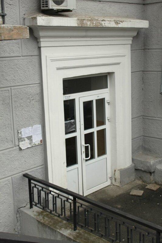 Подъезд жилого дома на Банковой
