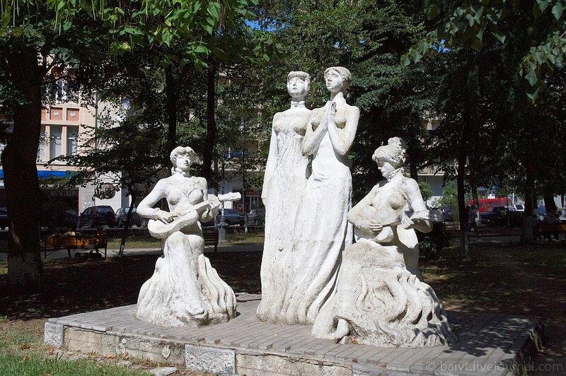 Скульптурная группа в парке Кутаиси (сёстры Ишхнели)