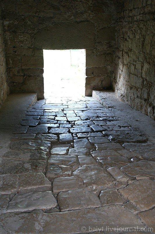 Вход в Гелатский монастырь: источенные тысячами ног плиты