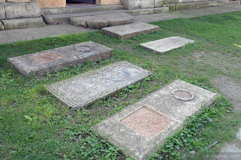 Древние могилы в Гелати