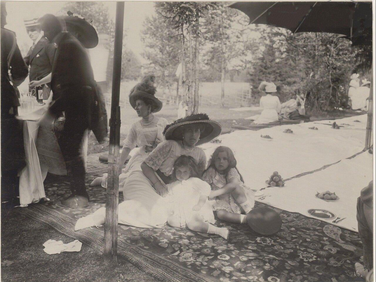 Вел. кн. Виктория-Августа с детьми