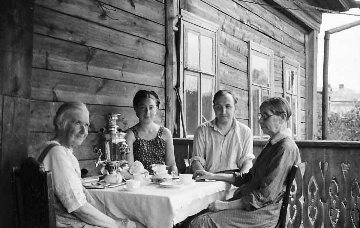 Н.М.Чарушникова, Н.Н.Андреевская, Н.М.Кирсанов, Е.М.Чарушникова.