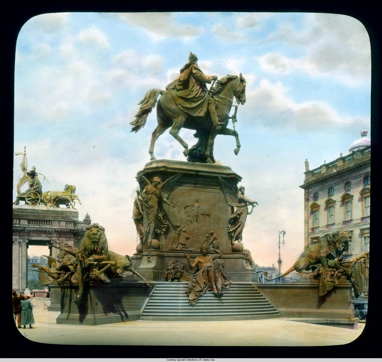 Берлин. Памятник императору Вильгельму I (демонтирован в 1949 г.) возле дворца