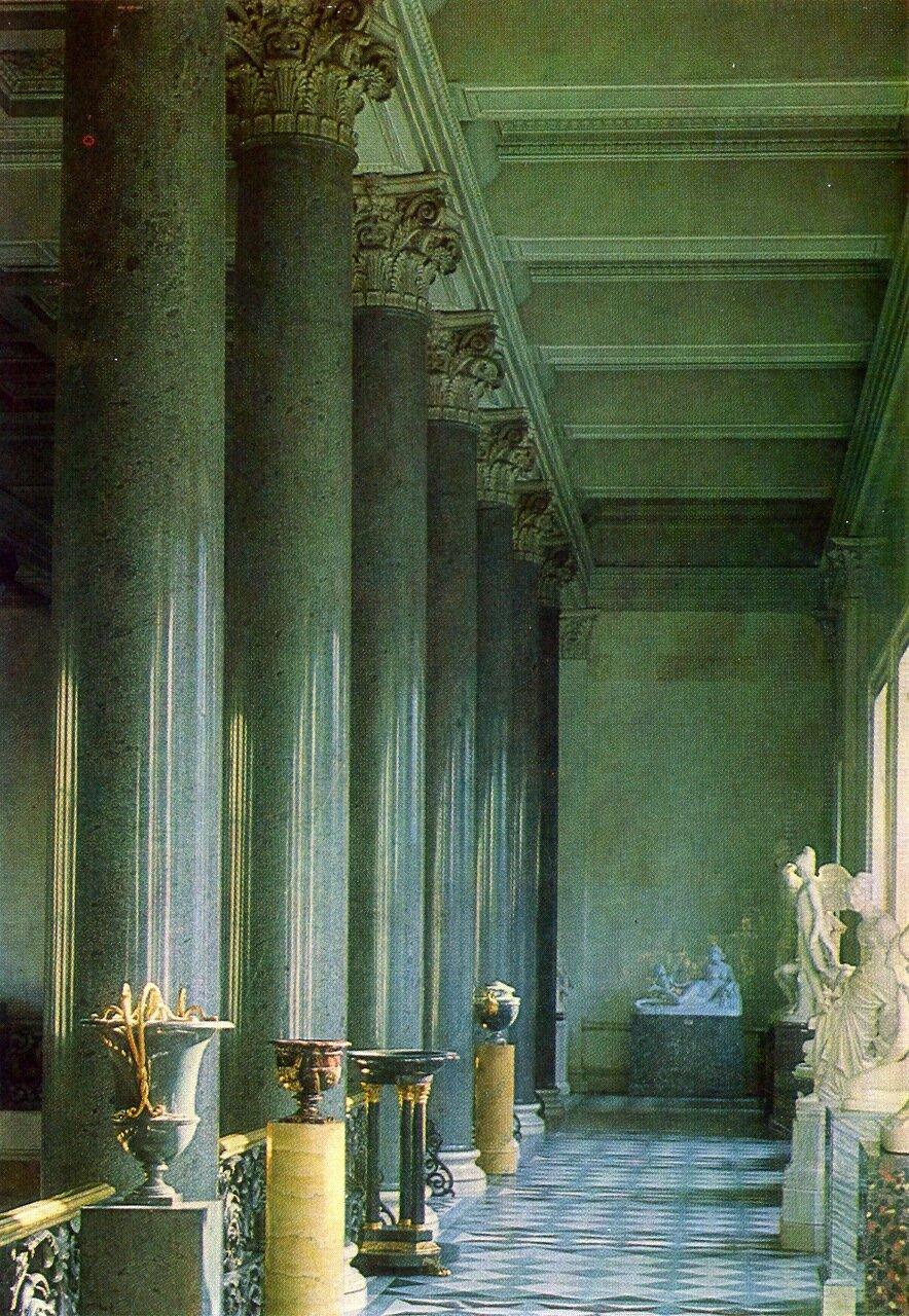 Верхняя галерея Эрмитажной лестнице в Новом Эрмитаже