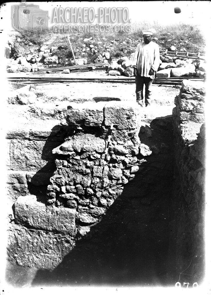 Рабочий на раскопках античного сооружения на Главной улице