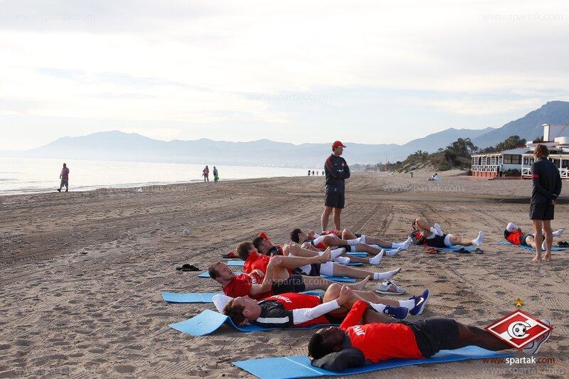 Вечерняя тренировка «Спартака» на берегу моря (Фото)