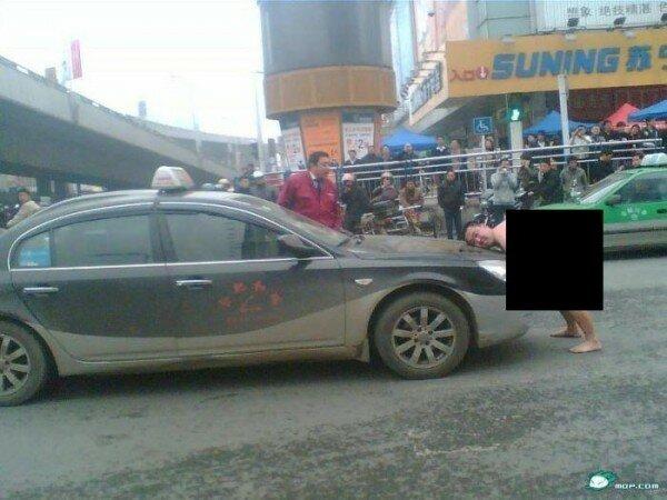 Голый китаец напал на автомобиль