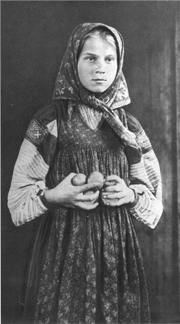 Девочка в платке. 1900-е гг.