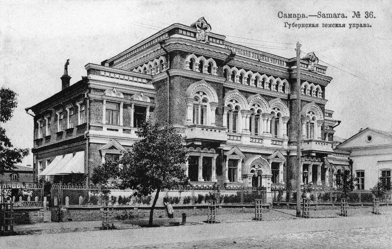 Самара здания с флагом напротив драмтеатра