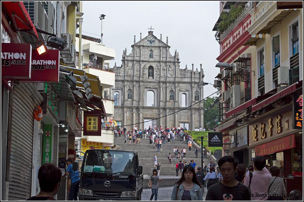 Спуск с крепости ведет нас через узенькие улочки, где полным-полно сувенирных лавок, все-таки, совсем рядом - главная достопримечательность и архитектурный символ Макао.