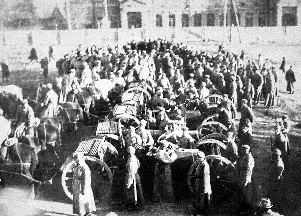 Похороны пяти бойцов ОКДВА на площади Свободы (ныне имени Ленина) в Хабаровске