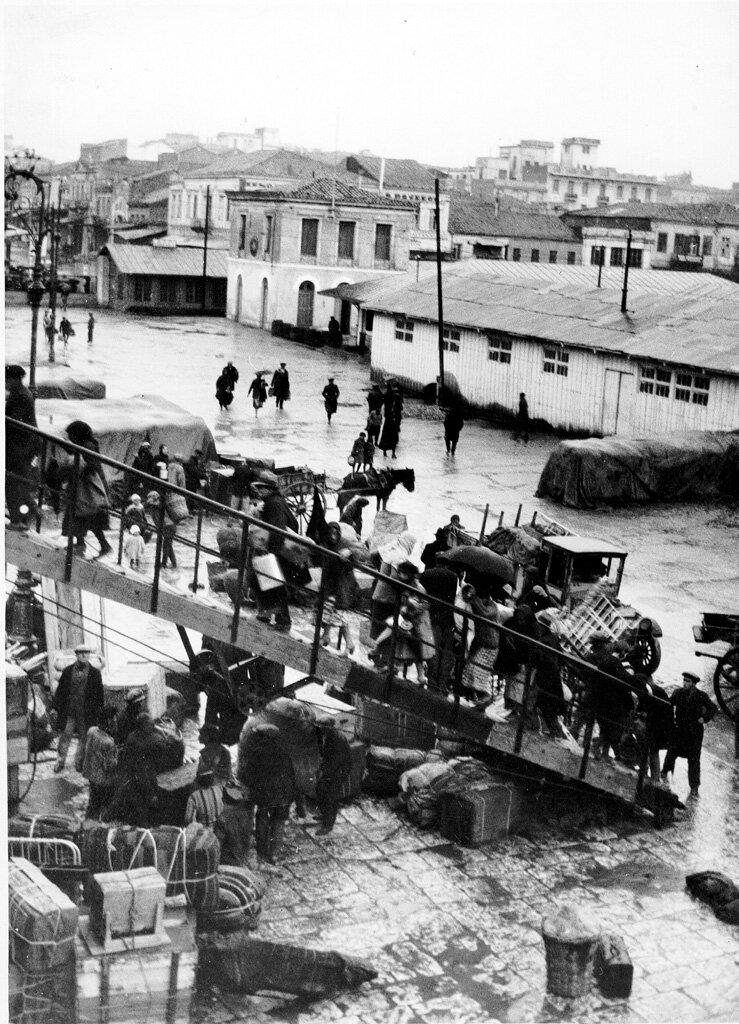 Армянские беженцы поднимаются на борт корабля в Пирее в 1932 году