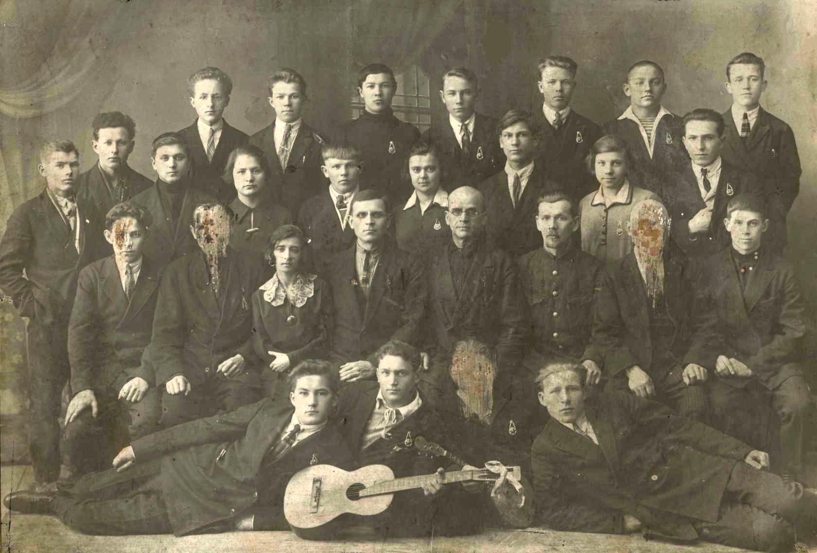 1932. Первый выпуск школы ФЗУ, организованной на станции Псков в здании старого паровозного депо