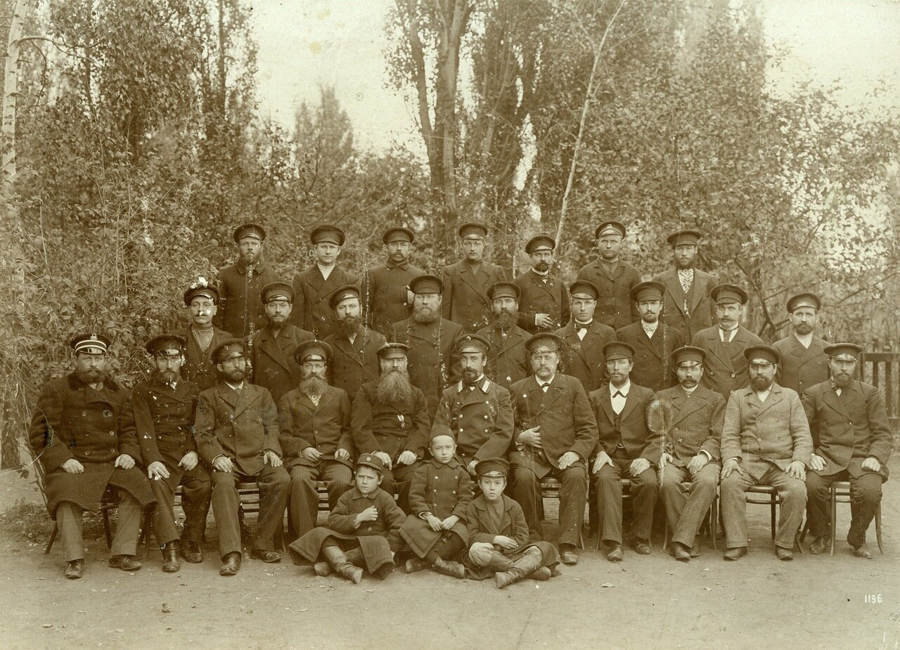 1896 год. Возможно, на фото работники Курского железнодорожного узла (ремонтных мастерских)