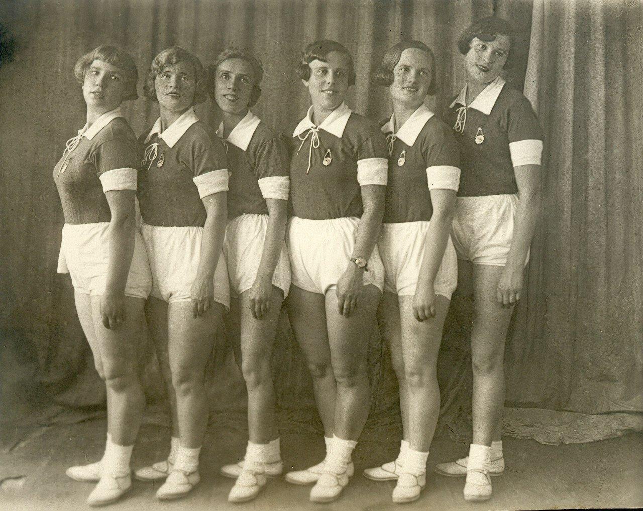 1934. Физкультурницы фабрики офсетной печати. Ленинград.