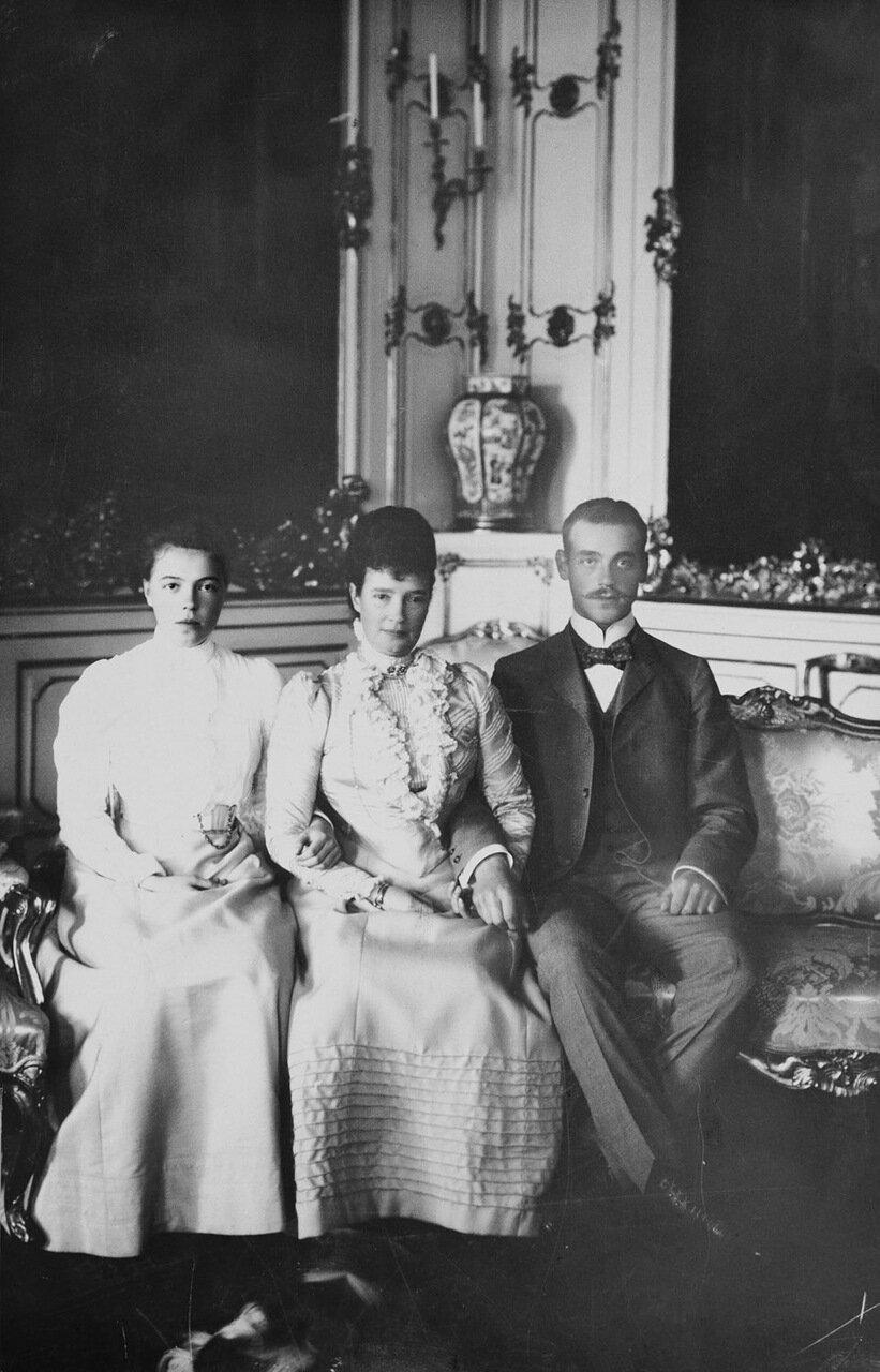 Вдовствующая императрица Мария Федоровна с детьми, великим князем Михаилом Александровичем и Великой княгиней Ольгой. 1890 г.