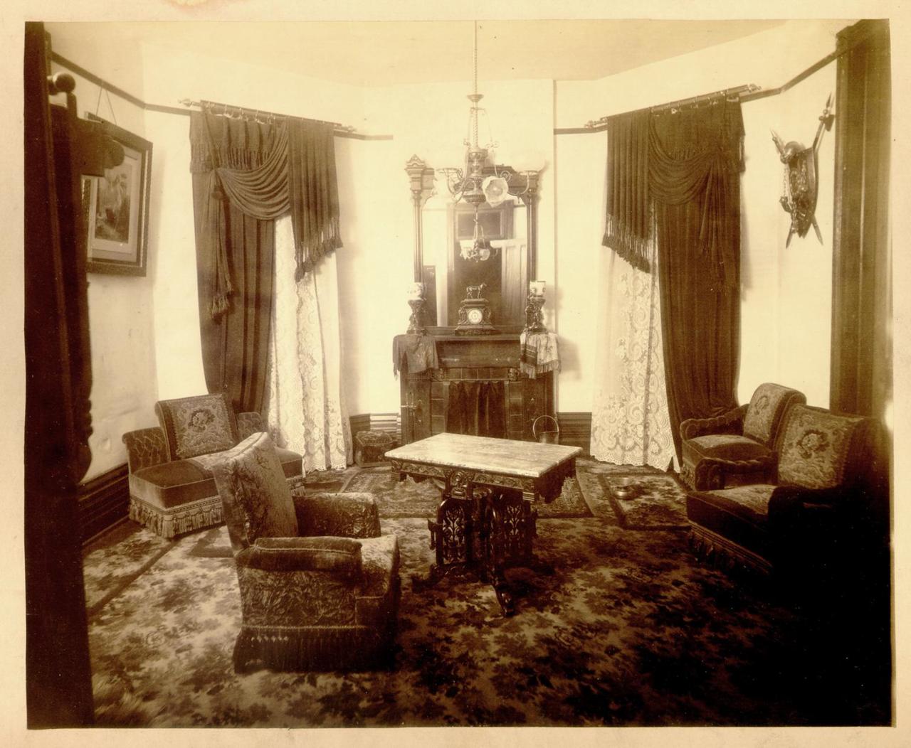 Интерьер одной из нижних комнат, 1890