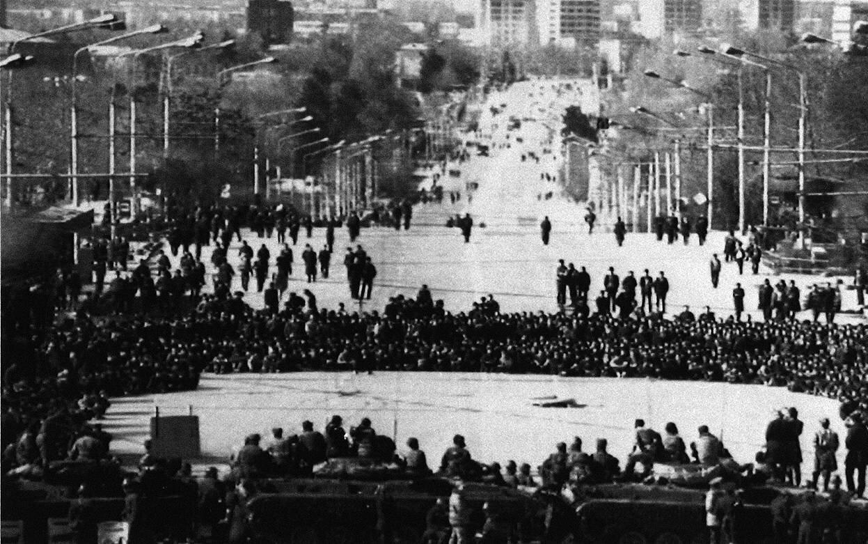 15 февраля 1990 г. Толпа нападает на кордон внутренних войск МВД перед местной штаб-квартирой Коммунистической партии в столице Таджикистана Душанбе