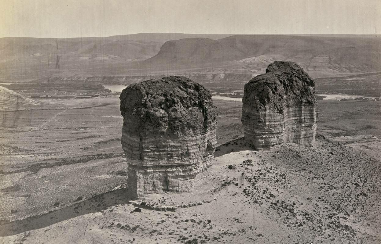 Два холма возле Грин-Ривер-Сити, штат Вайоминг, сфотографировали в 1872 году