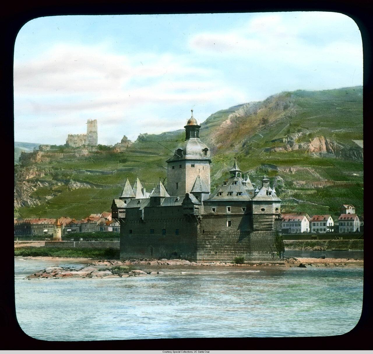 Рейнская долина.  Крепость Пфальцграфенштайн (или таможенный замок), недалеко от города Кауб.