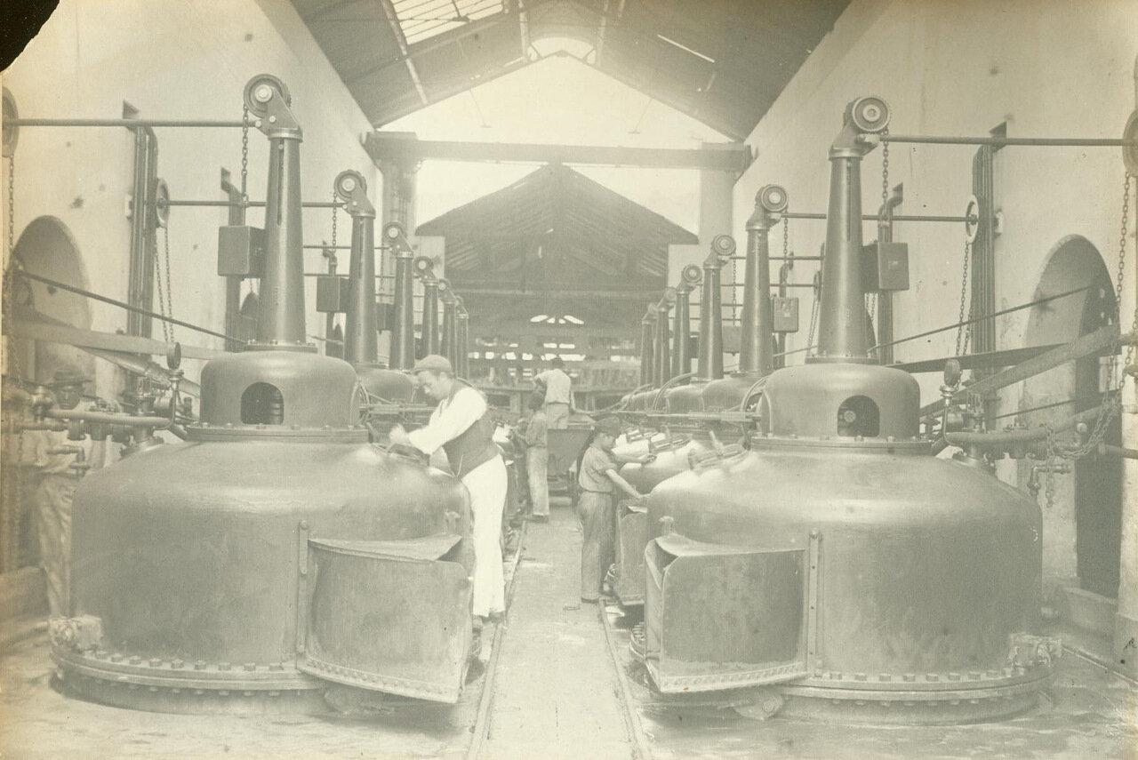 Чаны электролиза ждут золотую руду, ок. 1893 года