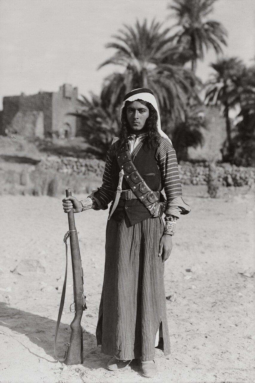 Молодой бедуин с длинными волосами в стиле Авессалома. Каср-аль-Азрак. Трансиордания. 1926 г.