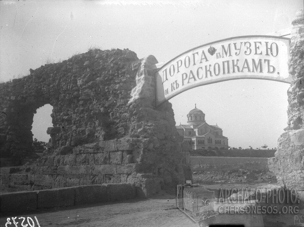 Вид на пролом в древней крепостной стене, где был устроен вход на территорию городища, и пролегала дорога к музею