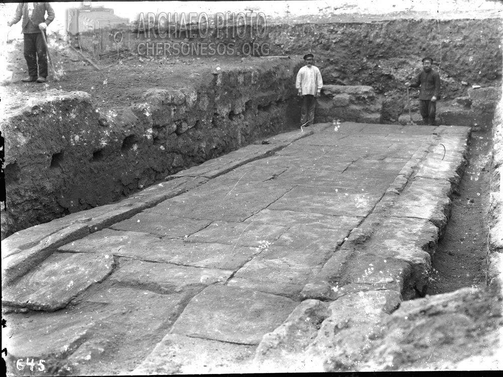 Рабочие на раскопках в южном районе городища. 1905 год