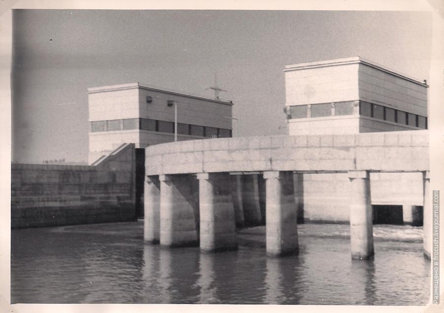 Шлюзы Волжского гидроузла Вид со стороны нижнего бьефа фотография 1965 года
