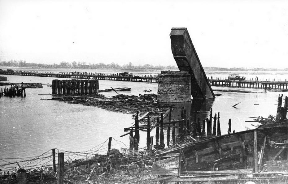 1943. Вид разрушенного Наводницкого моста