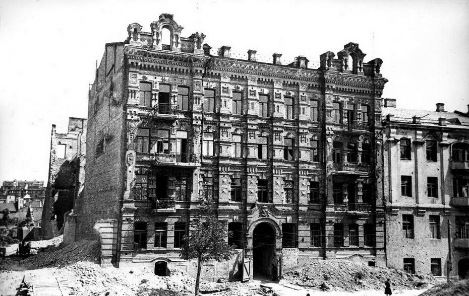 1946.08.12. Полуразрушенный дом №5 на улице Пушкинской