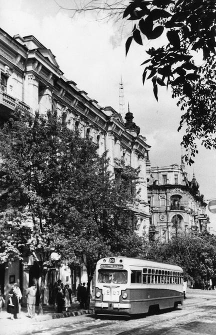 1956.06. Угол улиц Ворошилова (теперь улица Ярославов Вал) и Владимирской. Фото: Примаченко А.
