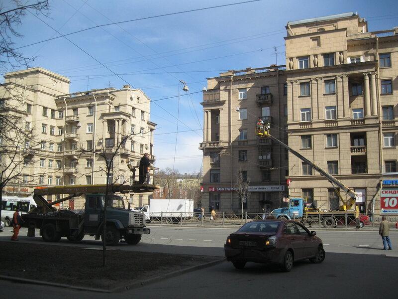 Демонтаж уличного освещения на проспекте Стачек в Автово.