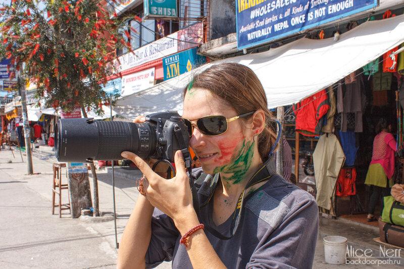 разноцветный фотограф фотографирует разноцветных хиппи во время празднования фестиваля холи в покхаре, непал
