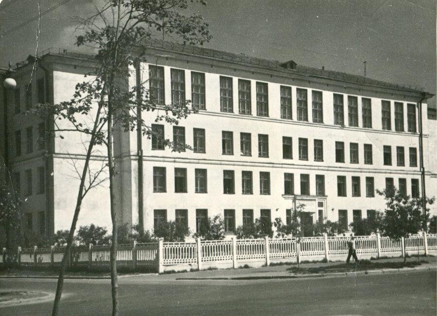 старая фотография школы-гимназии №2, город Саров