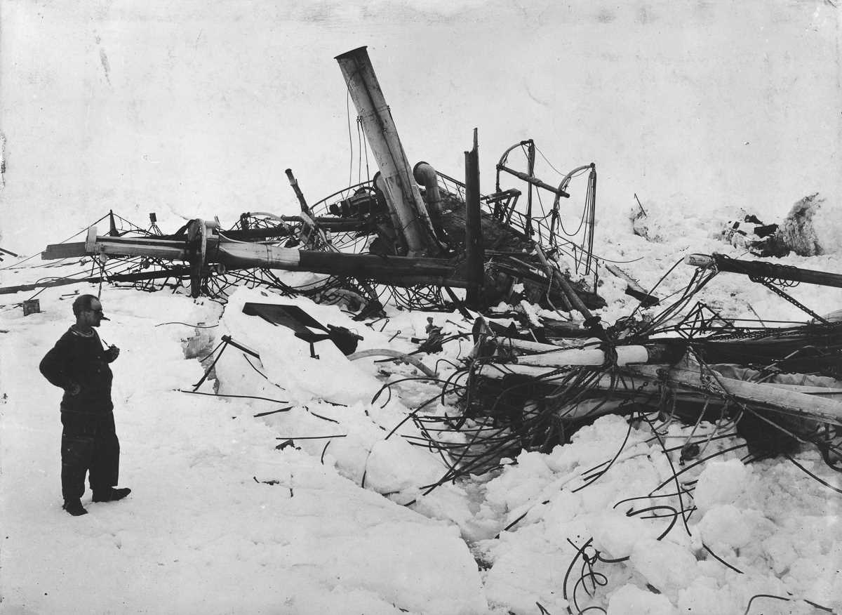 43. Фрэнк Уайлд, заместитель начальника экспедиции, созерцает затонувший «Эндьюранс».