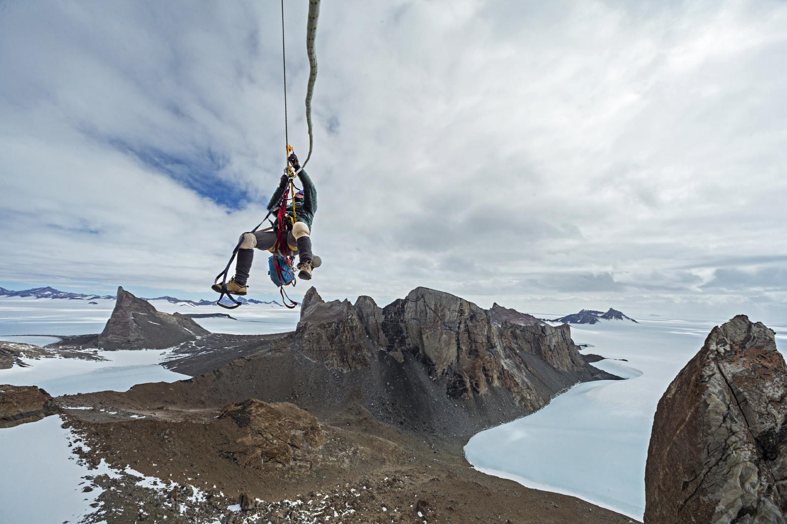 Скалолаз Майк Либеки (Mike Libecki) взбирается на скалу в горном массиве Вольтат на территории З