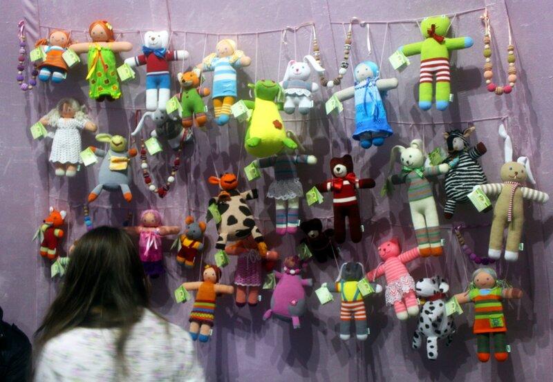 Выставка мягких игрушек внутри вязаной шапки