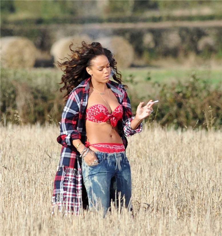 smoking Rihanna / Рианна с сигаретой