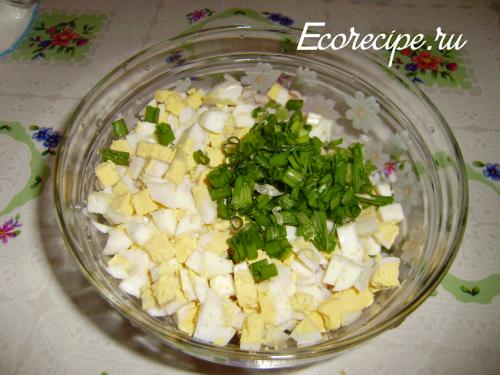 Нарезанный салат с кальмарами и яйцом
