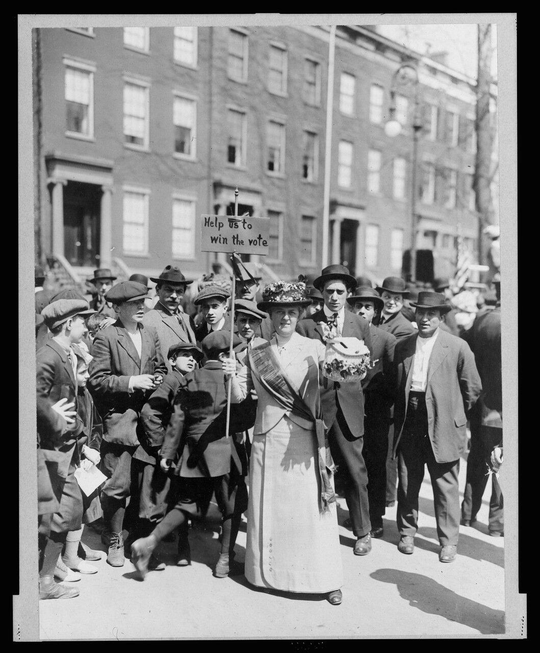 Г-жа Сафферн с самодельным плакатом на параде 3 марта 1913 г.